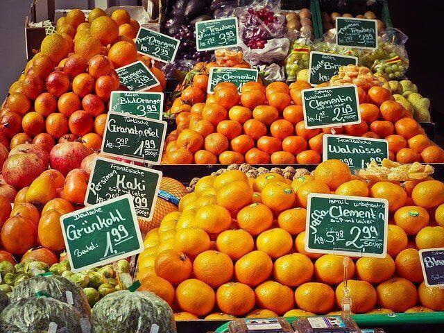Je peux acheter cette poire dans un marché grâce à la monnaie !